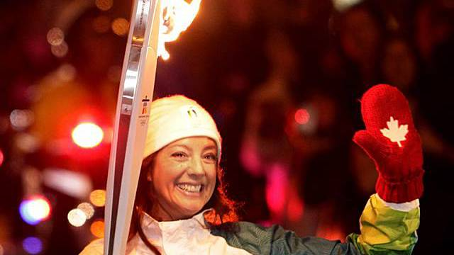 Die kanadische Sängerin Sarah McLachlan trägt das olympische Feuer
