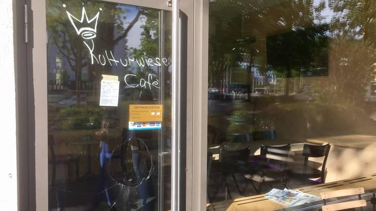 In einem Café in Kleinhüningen fielen mehrere Schüsse. Wie man sieht wurde die Türe eingeschossen. Verletzt wurde niemand.