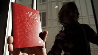 Einen Pass oder eine ID vorweisen zu können, ist für den Schweizer eine Selbstverständlichkeit – für viele Ausländer und Flüchtlinge keineswegs.
