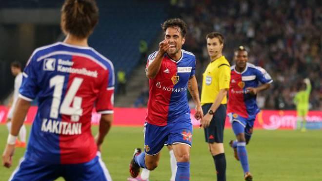 Matias Delgado (r.) – selbst Torschütze zum 4:1 für den FC Basel – freut sich über die Torpremiere von Yoichiro Kakitani. Der Japaner hatte zum 3:1 getroffen. Foto: Giuseppe Esposito/EQ Images