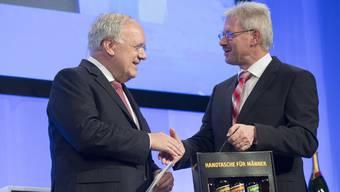 An der Verleihung des Aargauer Unternehmenspreises 2017 war Bundesrat Johann Schneider Ammann dabei, hier im Bild mit dem Gewerbe-Präsidenten Kurt Schmid.