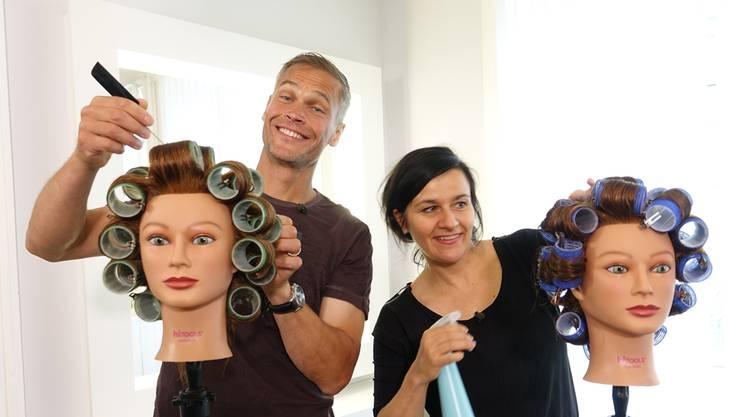 Ex-Mister-Schweiz Renzo Blumenthal und Komödiantin Anet Corti haben im Coiffeursalon sichtlich Spass. Fotos: Ursula Burgherr