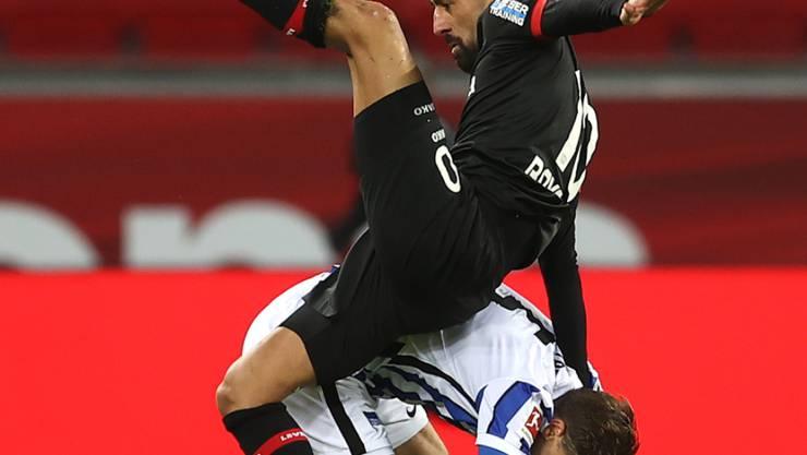 Leverkusens Kerem Demirbay wird von Niklas Stark Huckepack genommen