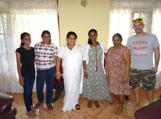 Sakuntala (dritte von rechts) mit ihrer angeblich biologischen Mutter (zweite von rechts) und deren Töchter.