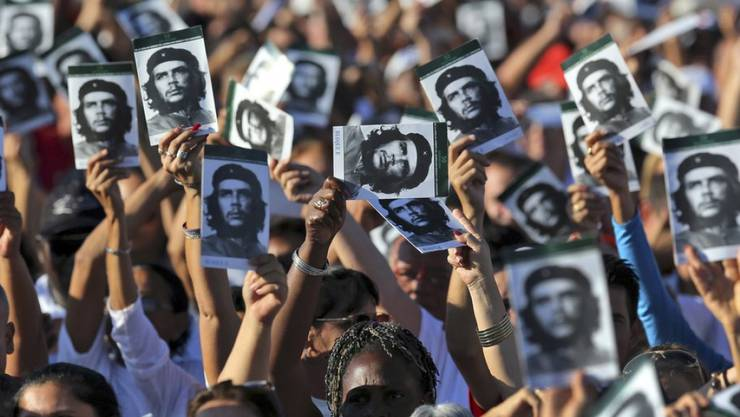 Menschen mit Bild von Che Guevara am Sonntag in Santa Clara, Kuba.