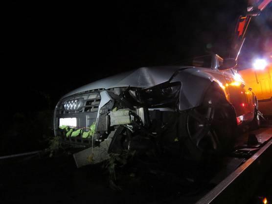Das Auto, nachdem der Fahrer in Küttigen von der Strasse abkam.
