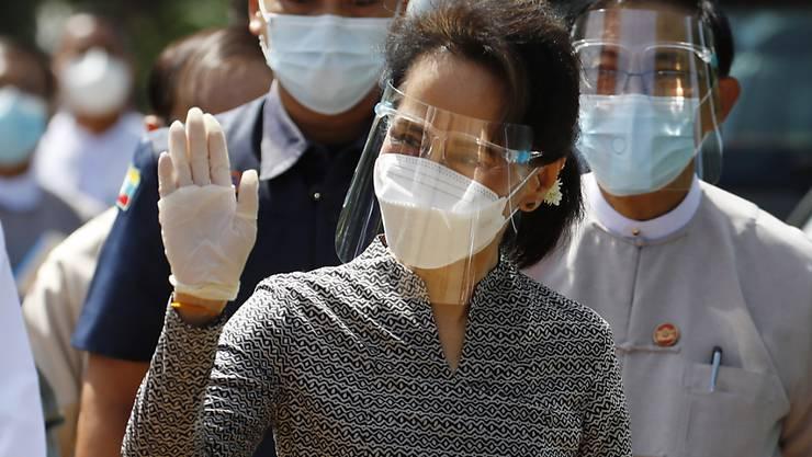 Aung San Suu Kyi, Regierungschefin von Myanmar, trägt einen Mund-Nasen-Schutz, Visier und Handschuhe bei einem Wahlkampftermin für die bevorstehende Parlamentswahl. Myanmar wählt am 8. November ein neues Parlament. Foto: Aung Shine Oo/AP/dpa