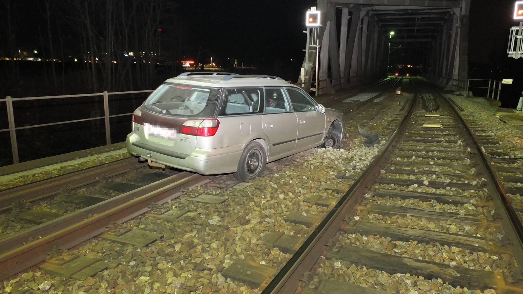 Ein Auto fuhr nach einem Bahnübergang auf das Bahngleis.