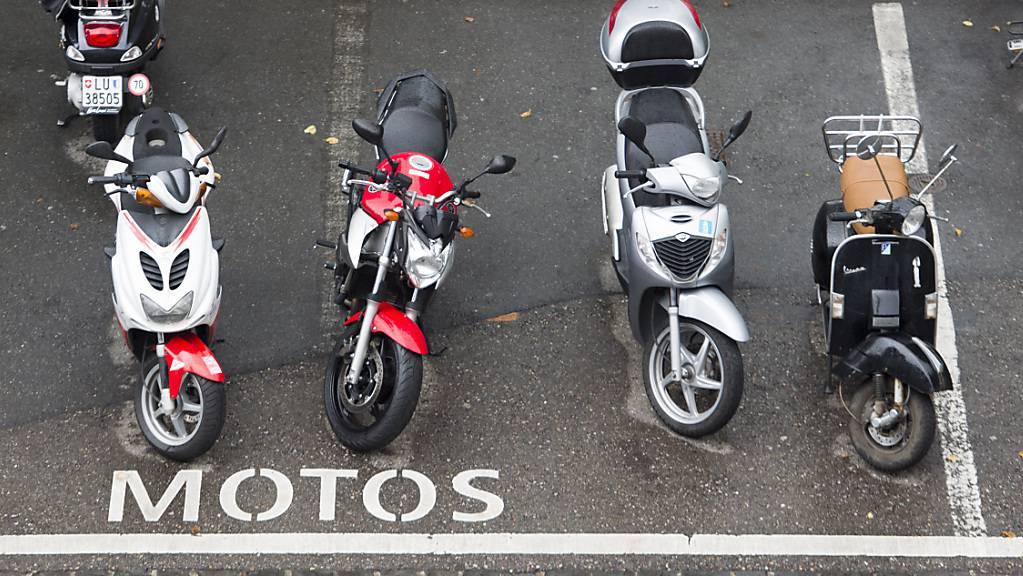 Motorradfahrer müssen in der Stadt Luzern fürs Parkieren bezahlen - vorerst in einem Pilotversuch. (Symbolbild)