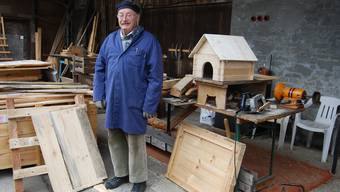 Aus Rest- und Abfallholz schreinert der 83-Jährige unter dem Vordach seines Hauses verschiedenste Objekte.