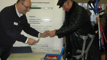 Samariter Serge Viel an der Kasse beim Ausverkauf der Krankenmobilien.