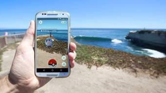 Mit dem Spiel «Pokémon Go» kommt man an die frische Luft. Wie dieser Jäger hier in Santa Cruz, Kalifornien. Shutterstock