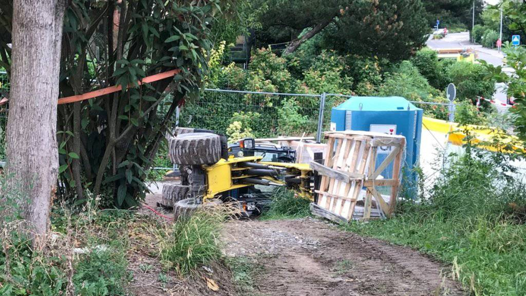 Ein 52-jähriger Bauarbeiter zog sich tödliche Verletzungen zu als dieser Radlader kippte.