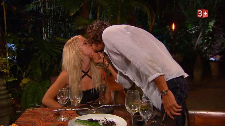 Als Belohnung erhält Julia einen Kuss.