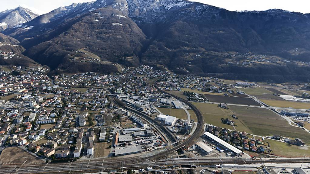 Die neue  Doppelspurstrecke zwischen Contone und Tenero ermöglicht schnellere Verbindungen zwischen Locarno und Lugano. Im Bild ist die Abzweigung der Stammlinie über den Ceneri zu sehen, rechts die Bahnlinie nach Locarno sowie die neue Zufahrtsstrecke zum Nordportal des Ceneri-Basistunnels.