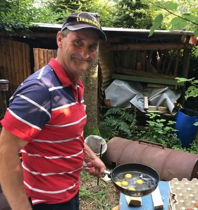Unser Brätelmeister Markus Strebel konnte in Kürze die ersten leckeren Spiegeleier an die hungrige Wanderschaft verteilen.