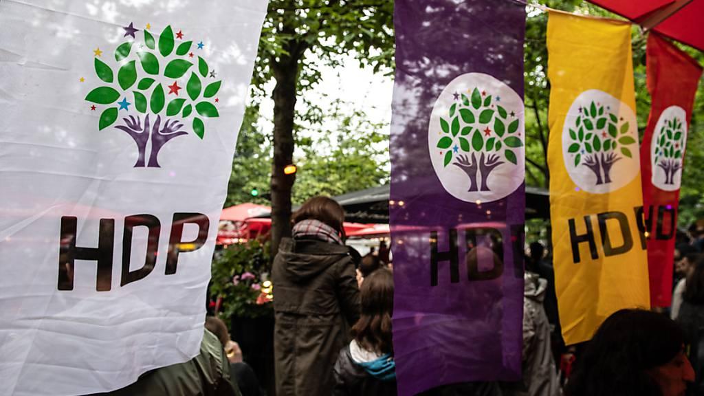 ARCHIV - Derzeit wird erneut ein Verbotsantrag der türkischen Generalstaatsanwaltschaft gegen die prokurdische Partei HDP geprüft. Foto: Paul Zinken/dpa