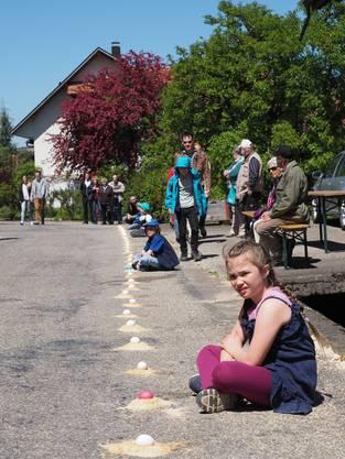 Die Kinder hatten sich schon vor Beginn des Rennens an den bunten Eiern entlang der Strecke positioniert