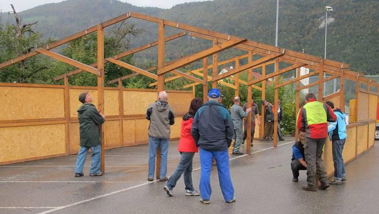 Das Gerippe für den Pavillon der Naturfreunde steht, Pilzler, Jäger, Imker und Naturschützer packen an.