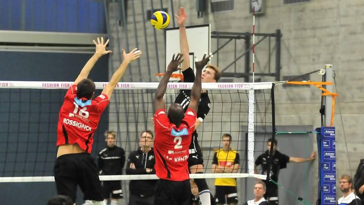 Leandro Gerber setzt gegen Lutry-Lavaux zum Smash an.