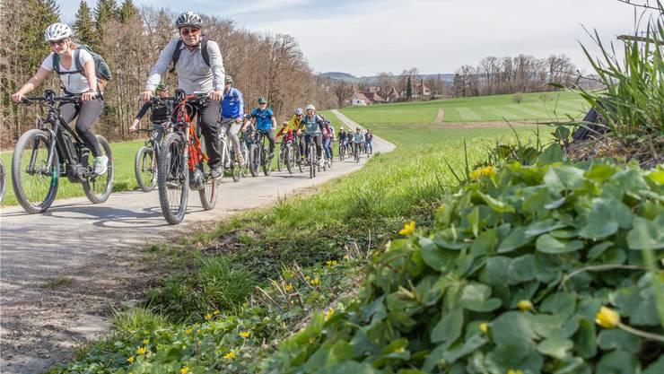 Tourismus Lenzburg-Seetal läutet die Tourismus-Saison ein mit einer Fahrt auf dem E-Bike durchs Seetal. Im Hintergrund Schloss Hallwyl.