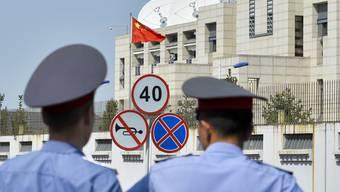 Bei einem mutmasslichen Selbstmordanschlag auf die chinesische Botschaft in Kirgistan ist der Attentäter gestorben und drei weitere Menschen sind verletzt worden.