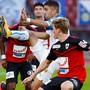 GC-Stürmer Munas Dabbur behauptet den Ball gegen die Aarauer Verteidiger Marco Thaler (vorne) und Kim Jaggy.