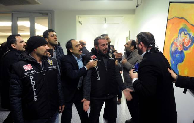 Polizisten und Redaktionsmitglieder streiten sich