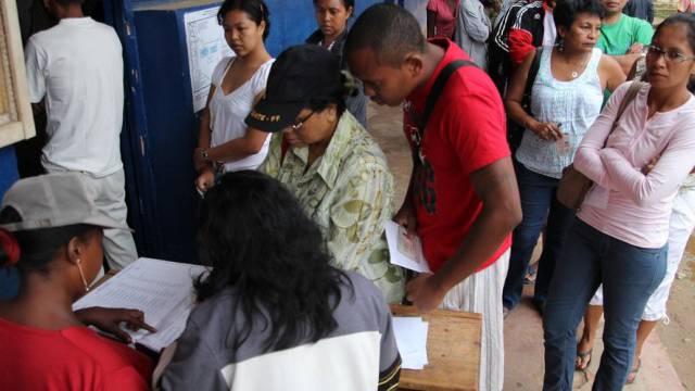 Wähler stehen vor einem Wahllokal in Antananarivo Schlange