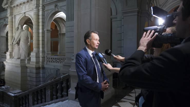 Müller gibt den Medien im Bundeshaus ein Interview.