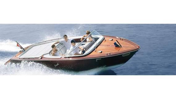 Gesucht: Mit einem solchen Holzboot der Marke Boesch oder einem ähnlich aussehenden der Marke Pedrozzini wurde das junge Aarburger Pärchen überfahren. (Symbolbild).