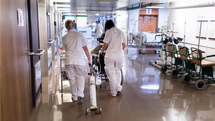 Das Spitalpersonal ist verunsichert. Die Frage ist bloss: Gibt ein Ja oder Nein zur Fusion mehr Sicherheit? (Symbolbild)