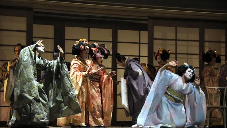 Das gestische Repertoire des japanischen Nô-Theaters lässt das tragische Ende von Madama Butterfly vorausahnen. Teatro alla Scala