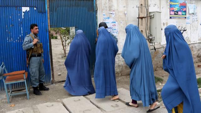 Afghaninnen vor einem Wahllokal in Dschalalabad östlich von Kabul