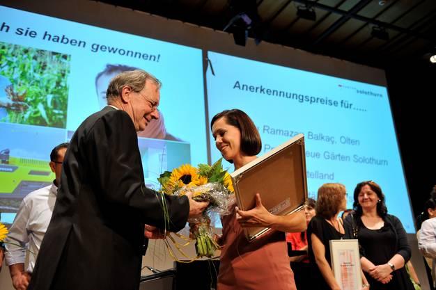 Jurypräsident Kuno Tschumi übergibt einen Anerkennungspreis an Nadia DiBernardo von den Solothurner Spitälern.