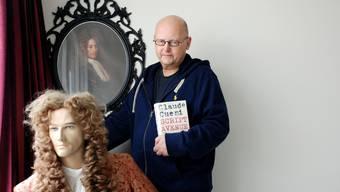«Ich lebe mit meinen Figuren»: Der Basler Schriftsteller Claude Cueni in seiner Wohnung mit John Law.