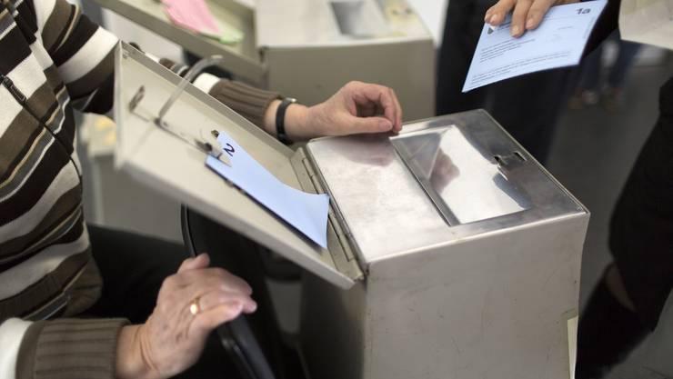 Wähler strömen an die Urnen: Höher als an diesem Sonntag war die Stimmbeteiligung in jüngster Zeit bei den Abstimmungen über die Bilateralen II (56,8 Prozent).
