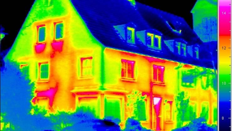 Wärmebild eines Mehrfamilienhauses: Der Gebäudebestand verbraucht die Hälfte der Energie in der Schweiz.