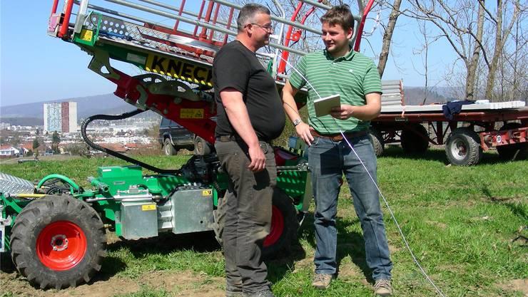 Bauer Reto Lienberger (links) und Christoph Bär besprechen den Bau der Obstplantage. dieter minder