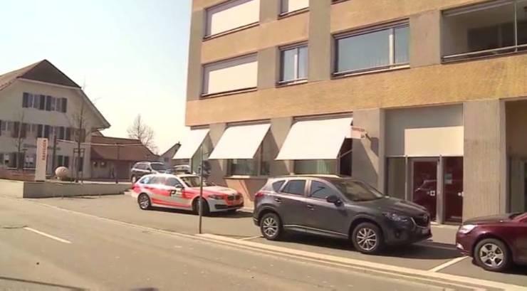 Polizei ist nach Überfall auf Raiffeisenbank in Deitingen vor Ort