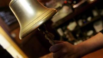 Am Tag der Hochzeit von Prinz Harry soll die Glocke für die letzte Bestellung später als üblich ertönen (Archiv)