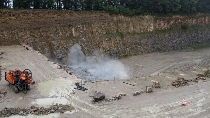 Derzeit wird diskutiert, ob weitere Steinbrucherweiterungen zulässig sind. Sprengung im Steinbruch der Jura-Cement-Fabriken in Auenstein. (Archiv)