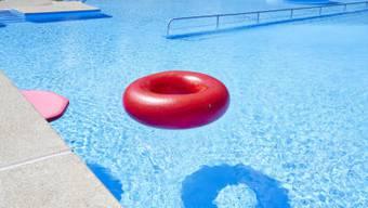 Tiefere Temperaturen locken keine Schwimmer mehr in Freibäder. (Themenbild)
