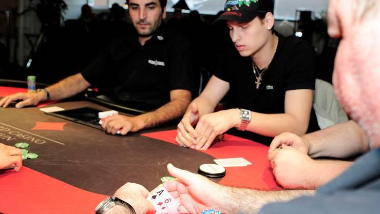 Im Basler Club «Other Poker»: Wo einst um Geld gespielt worden ist, finden heute nur noch «Freeroll»-Turniere ohne Geldeinsätze und Gebühren statt. Im März räumte die Polizei den Pokerclub, weil dort nach Ansicht der Spielbankenkommission «illegal organisierte Turniere» stattfanden.  Fotos: Kenneth Nars
