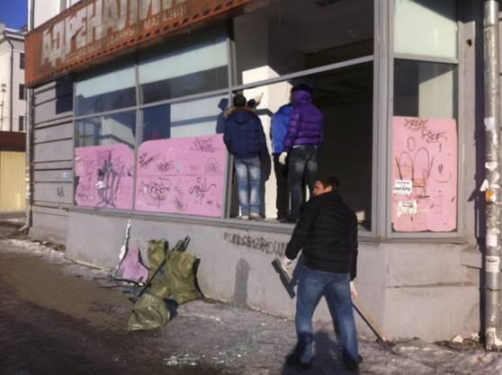 Zerbrochenes Fensterglas: Einwohner begutachten die Schäden an einem Laden in Tscheljabinsk.