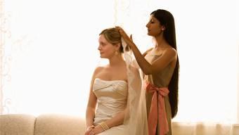 Die Braut ist an der Hochzeit die schönste Frau des Abends. Dafür ist die Trauzeugin verantwortlich.Thinkstock