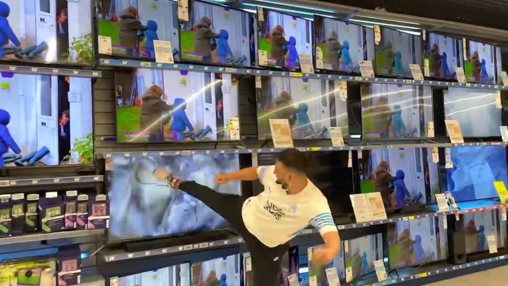 Wütend wegen Messi-Transfer: Youtuber zertrümmert Fernseher