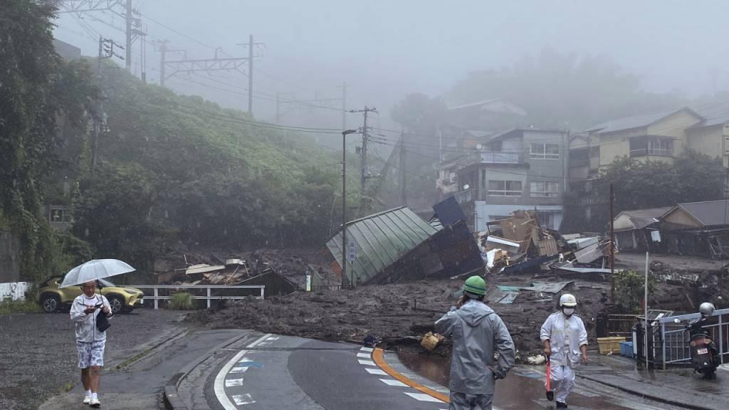 Gewaltige Schlammlawine zerstört Häuser in Japan - Mehrere Vermisste