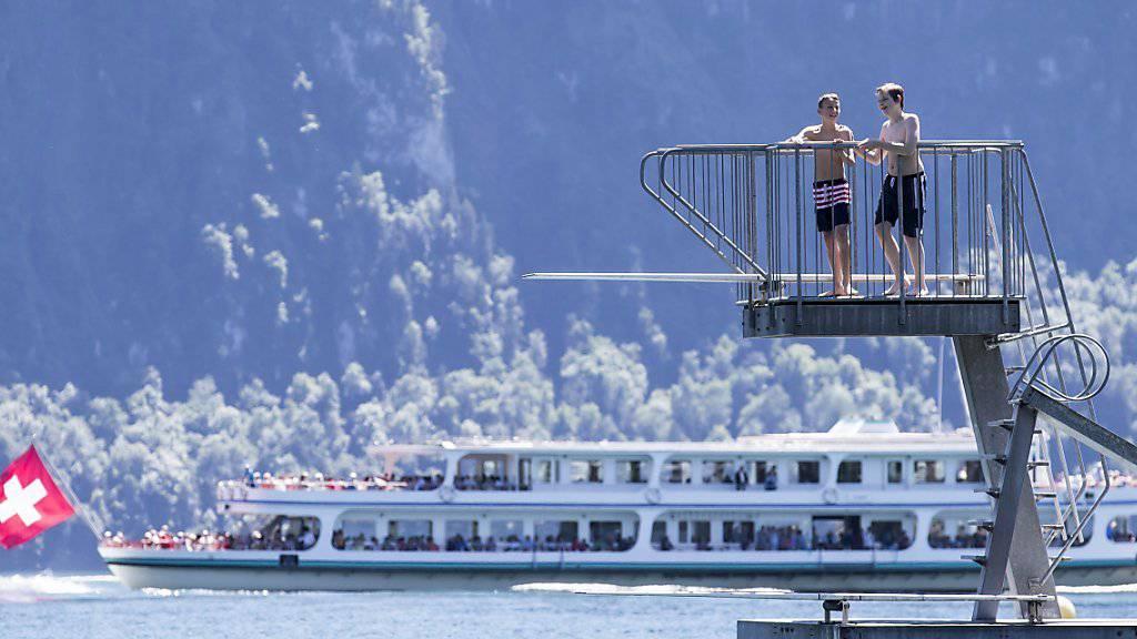 Der Hitzetag ist auch der Tag der meisten Schulreisen: Jugendliche auf dem Sprungturm des Lido in Weggis am Vierwaldstättersee.