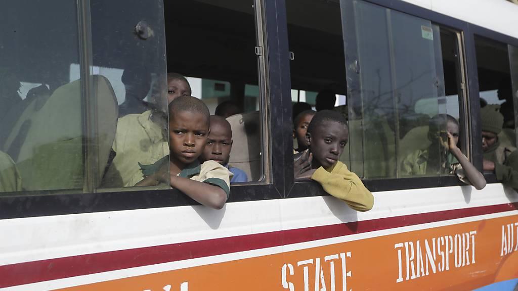Die Schüler auf ihrem Weg nach Hause: Anfang der Woche waren über 300 Jungen aus ihrer Schule in Katsina im Nordwesten Nigerias von Extremisten entführt worden. Foto: Sunday Alamba/AP/dpa